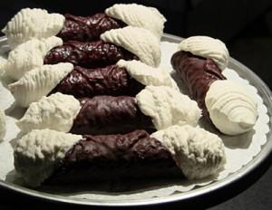 cannoli ricoperti di cioccolato,cannoli alla panna,cannoli siciliani,cannoli panna e cioccolato,cioccolato,